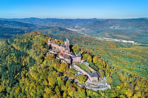 Vista aérea del chateau du haut-koenigsbourg en las montañas de los vosgos. una de las principales atracciones turísticas de alsacia, francia