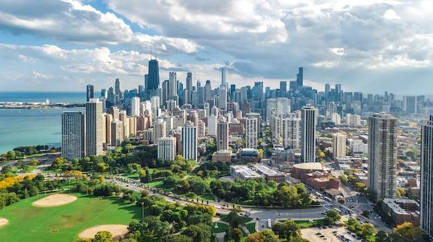 Vista aérea de chicago drone aérea desde arriba, el lago michigan y la ciudad de chicago rascacielos del centro paisaje urbano vista de pájaro desde lincoln park, illinois, ee.uu.