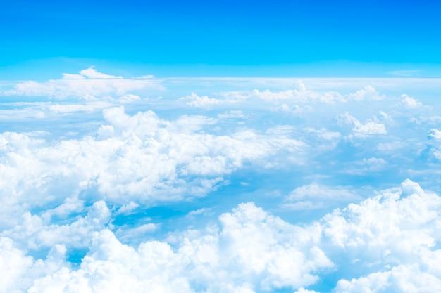 Vista aérea del cielo azul y la nube vista superior desde la ventana del avión