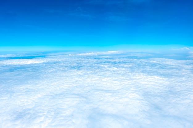 Vista aérea del cielo azul y la nube