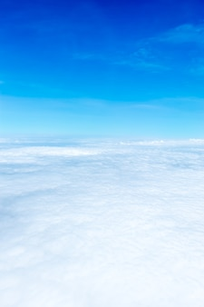 Vista aérea del cielo azul y la vista superior de la nube desde la ventana del avión, fondo de la naturaleza