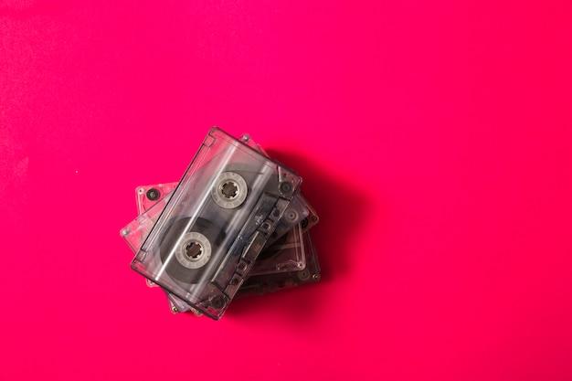 Una vista aérea de cintas de cassette de pila sobre fondo rojo