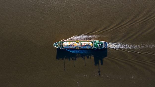 Vista aérea cisterna de gas licuado de petróleo (glp), logística de buques cisterna y transporte industria petrolera y de gas.