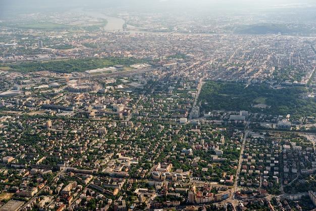 Vista aérea de la ciudad de budapest desde la ventana del avión
