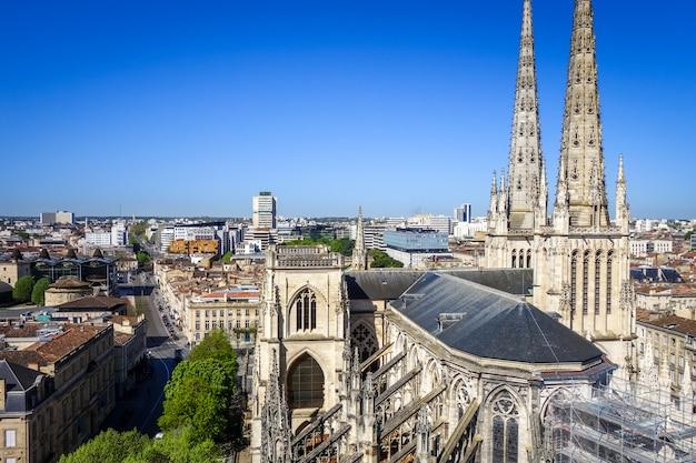 Vista aérea de la ciudad de burdeos y la catedral de saint-andre, francia