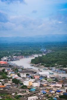 Vista aérea de la ciudad de chumphon desde el punto de vista.