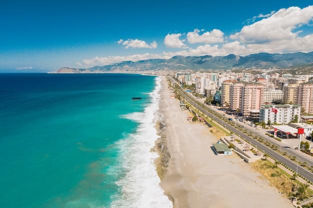 Vista aérea de la ciudad en la costa en turquía