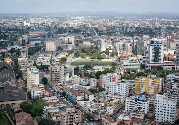 Vista aérea de la ciudad durante el día de verano.
