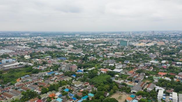 Vista aérea de la ciudad desde drone volador en nonthaburi, tailandia, vista superior del paisaje