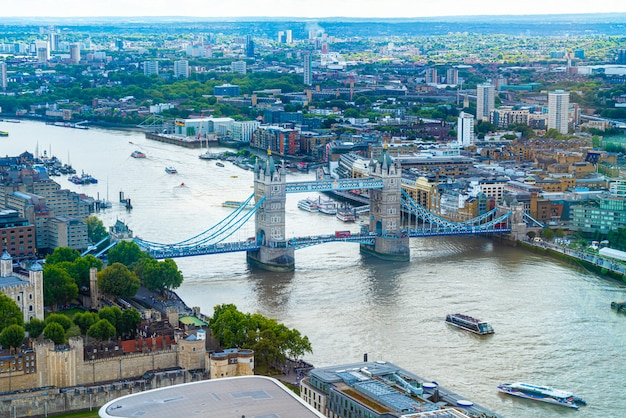 Vista aérea de la ciudad de londres con el río támesis
