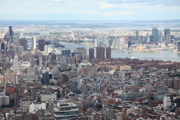 Vista aérea de la ciudad de nueva york desde un edificio de comercio mundial