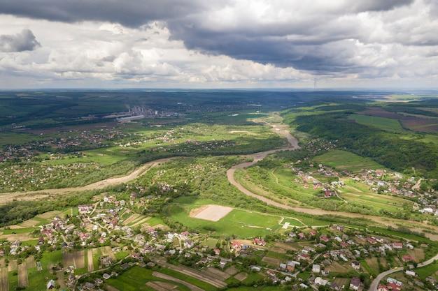 Vista aérea de la ciudad o pueblo con hileras de edificios