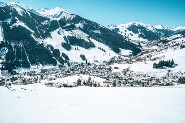 Vista aérea de una ciudad turística en austria rodeada de montañas nevadas