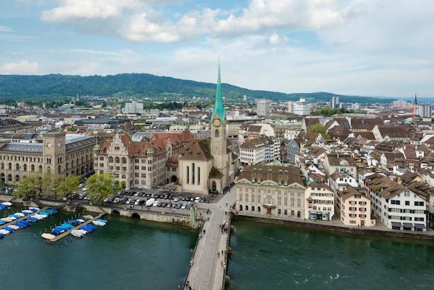 Vista aérea de la ciudad vieja de zurich a lo largo del río de limmat, zurich, suiza.
