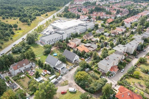 Vista aérea de la ciudad de wroclaw, zonas residenciales, horario de verano