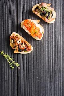 Una vista aérea del clásico aperitivo tostado sobre fondo de madera