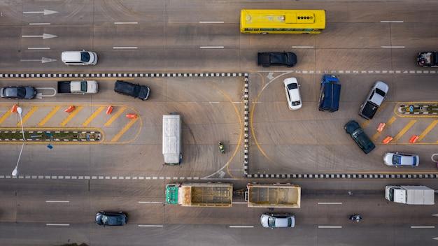 Vista aérea del coche de carretera con giro en u en tailandia