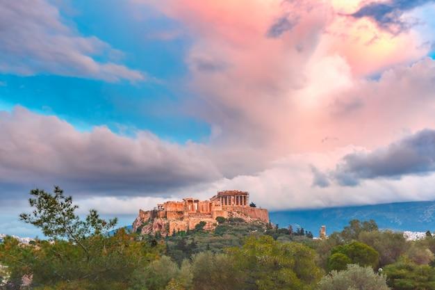 Vista aérea de la colina de la acrópolis, coronada con el partenón al atardecer en atenas, grecia