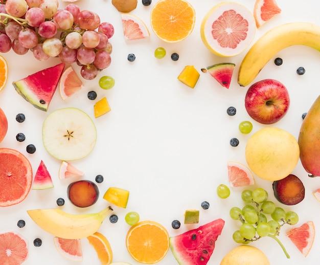 Una vista aérea de coloridas frutas aisladas sobre fondo blanco
