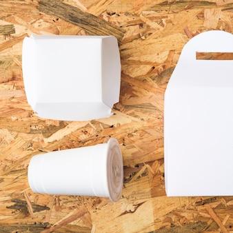 Una vista aérea de comida para llevar blanca sobre fondo con textura de madera