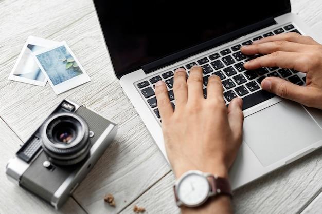 Vista aérea de la computadora portátil en el concepto de hobby de fotografía de mesa de madera