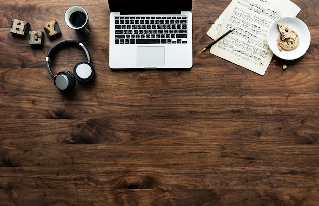 Vista aérea de la computadora portátil en la mesa de madera