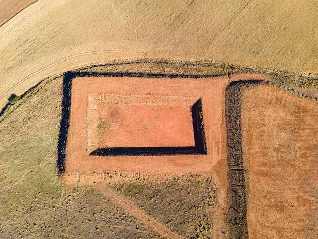 Vista aérea de la construcción en el campo de la reserva de agua para riego.