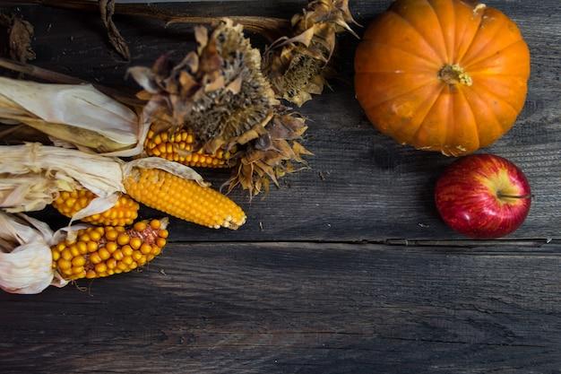 Vista aérea de la cosecha de otoño en madera rústica con lugar para texto
