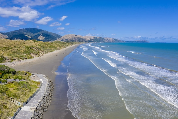 Vista aérea de la costa de kapiti, cerca de las ciudades de raumati y paekakariki en nueva zelanda