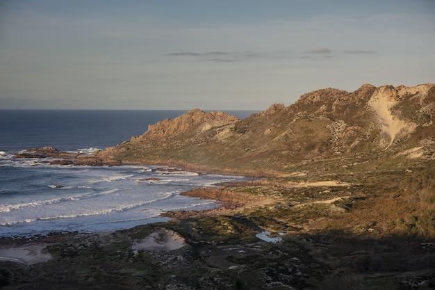 Vista aérea de la costa de la muerte en galicia, españa bajo un cielo brillante