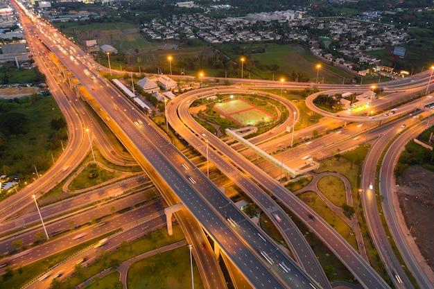 Vista aérea de cruces de autopistas. vista superior de la ciudad urbana, bangkok en la noche, tailandia.