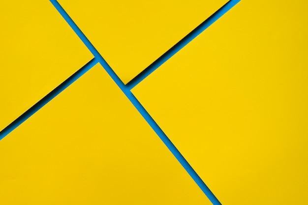 Vista aérea de cuatro papeles de cartón amarillo