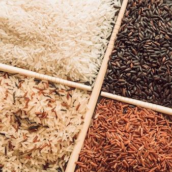 Vista aérea de cuatro tipos diferentes de granos de arroz orgánico