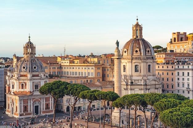 Vista aérea de las cúpulas de la iglesia de santa maria di loreto al atardecer en la plaza de venecia en roma, italia.