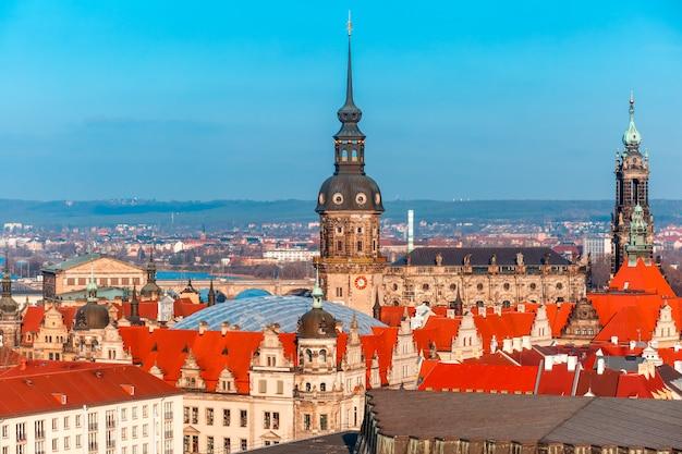 Vista aérea de cúpulas y techos de dresde, alemania