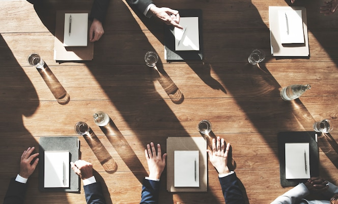 Vista aérea de diversos hombres de negocios que se reúnen juntos
