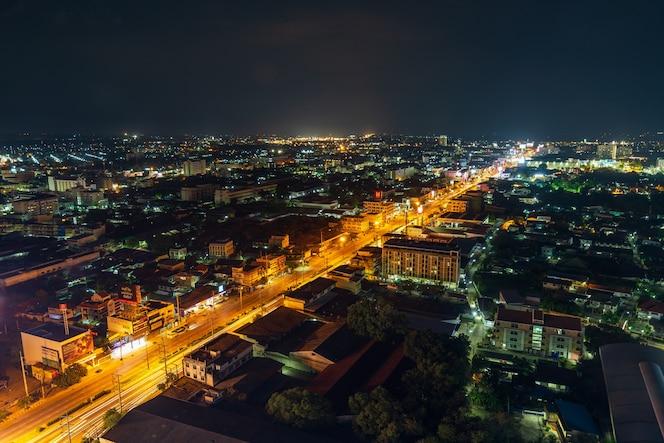 Vista aérea de la ciudad de nakhon ratchasima o korat en la noche, tailandia
