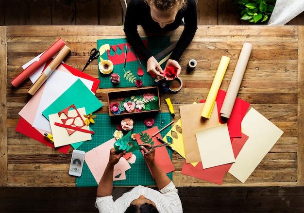 Vista aérea de la mesa de trabajo de artesanía de papel sucio