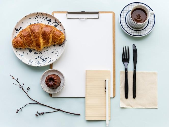 Taza de café y bloc de notas | Descargar Fotos premium