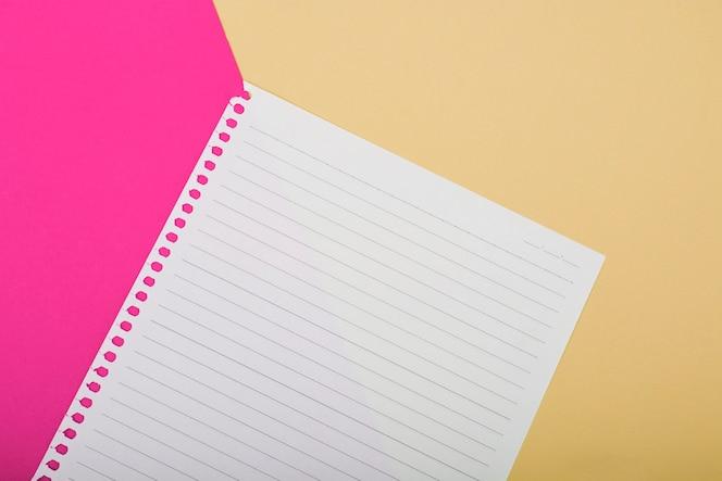 Vista aérea de una sola página sobre fondo rosa y dorado