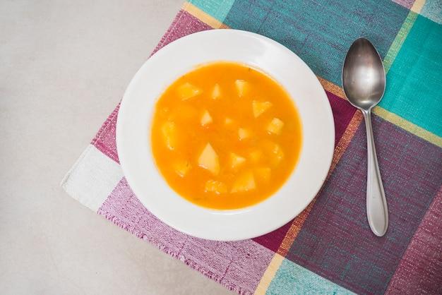 Vista aérea del delicioso puré de calabaza en un plato