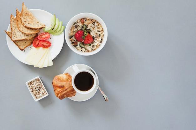Vista aérea de desayuno saludable con café