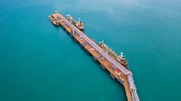 Vista aérea de la descarga de buques cisterna en el puerto, importación de negocios de exportación de petróleo con buque petrolero de transporte de petróleo de la refinería en el mar.