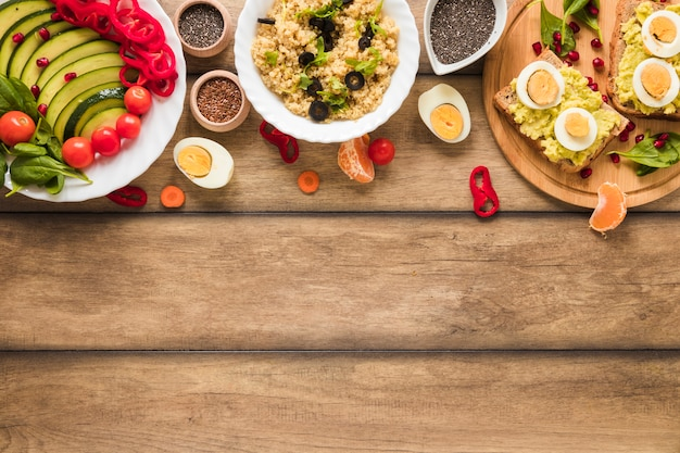 Una vista aérea de diferentes tipos de alimentos saludables con huevo cocido en la mesa