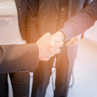 Una vista aérea de dos hombres de negocios dándose la mano juntos