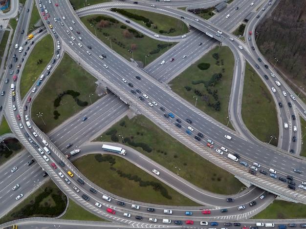 Vista aérea desde un dron hasta un cruce de carreteras en la ciudad