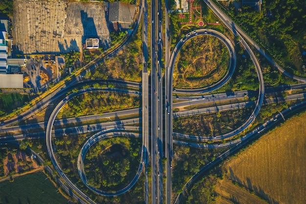 Vista aérea desde drone de la autopista carretera multi lentes, mittraphap road, nakhon ratchasima, tailandia