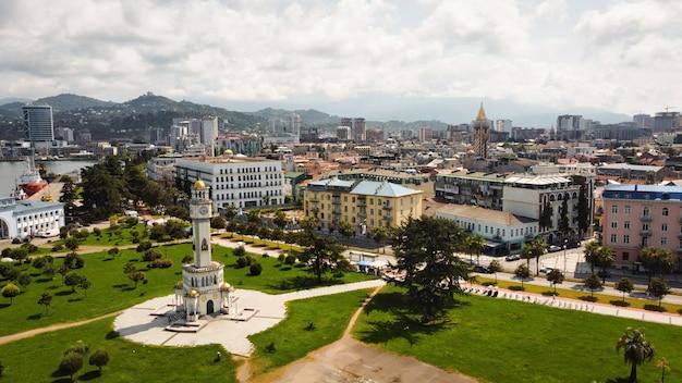 Vista aérea drone de batumi, georgia. edificios antiguos y modernos, vegetación, carreteras, montañas.