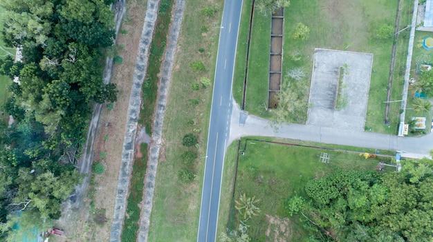 Vista aérea drone shot de carretera en el campo