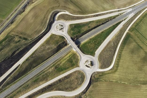 Vista aérea de drone sobre un tráfico de intersección de cruce de carreteras nacionales